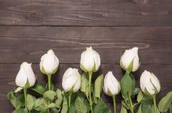 Les belles roses rose-clair sont sur le fond en bois Image libre de droits