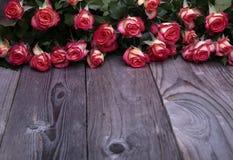 Les belles roses se trouvent sur la vue de face de table en bois Images stock