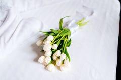 Les belles tulipes blanches sur les serviettes fraîches dans l'hôtel, se ferment  Photo libre de droits
