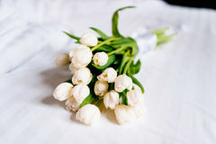 Les belles tulipes blanches sur les serviettes fraîches dans l'hôtel, se ferment  Image stock