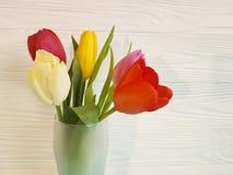 Les belles tulipes de bouquet le printemps enfantent l'anniversaire en bois avec l'endroit pour le texte, le 8 mars Photo stock