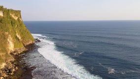 Les belles vagues d'océan s'approchent de la montagne rocheuse clips vidéos