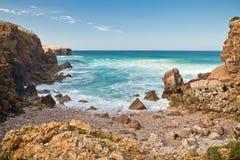 Les belles vagues de rupture de la turquoise arrosent à l'arrière-plan de l'Océan Atlantique Photos stock