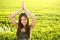 les belles zones verdissent le femme indien de riz images stock