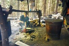 Les bergers déjeunent sur le fond de la vie traditionnelle Photo stock