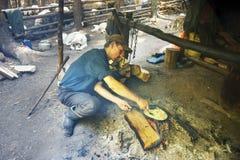 Les bergers déjeunent sur le fond de la vie traditionnelle Image stock