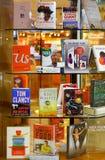 Les best-sellers sur des étagères à la librairie Image stock