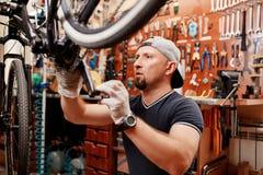 Les bicyclettes de technicien-réparateur PL in FR has S on both words étaient boutique réparée de vélo de vitesse Image libre de droits