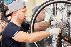 Les bicyclettes de technicien-réparateur PL in FR has S on both words étaient boutique réparée de vélo de vitesse Images libres de droits