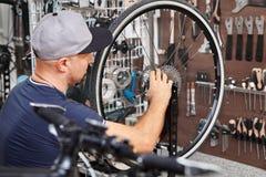 Les bicyclettes de technicien-réparateur PL in FR has S on both words étaient boutique réparée de vélo de vitesse Photographie stock libre de droits