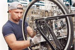 Les bicyclettes de technicien-réparateur PL in FR has S on both words étaient boutique réparée de vélo de vitesse Photographie stock