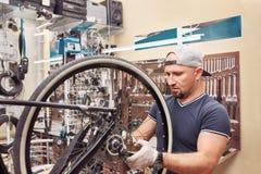 Les bicyclettes de technicien-réparateur PL in FR has S on both words étaient boutique réparée de vélo de vitesse Images stock