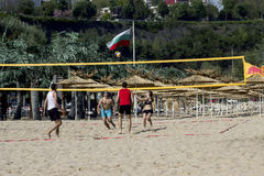 Les bicyclettes de tour d'habitants de Varna Bulgarie le 13 mai 2017 dans les personnes de parc jouent au volleyball sur la plage Photos libres de droits