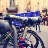 Les bicyclettes ont fermé à clef dans une rue d'une ville, avec un effet de filtre Photographie stock