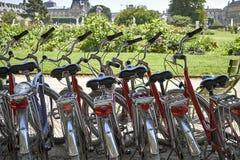 Les bicyclettes ont stationné dans la rue images libres de droits