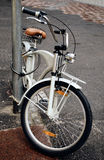 Les bicyclettes ont stationné dans la rue photo stock