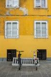 Les bicyclettes ont stationné sur la rue photographie stock libre de droits