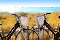 Les bicyclettes s'accouplent stationné en plage de Formentera photographie stock libre de droits