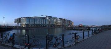 Les bicyclettes se sont garées par la rivière à Amsterdam, Pays-Bas image libre de droits