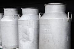 Les bidons à lait en métal se tiennent dans une rangée, se ferment  Photos stock