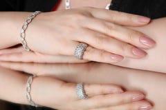 Les bijoux élégants ont placé avec des diamants, habillés dans la main Image libre de droits