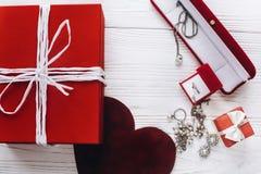 Les bijoux actuels rouges élégants de coeur et de luxe sur rustique blanc courtisent Images stock