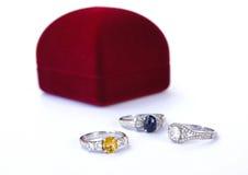 Les bijoux d'anneaux sont populaires avec les filles Un symbole de l'amour et du Th Image stock