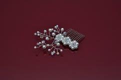 Les bijoux de luxe de perle sur Bourgogne ont isolé le fond Photo libre de droits