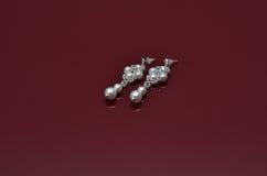 Les bijoux de luxe de perle sur Bourgogne ont isolé le fond Photos stock