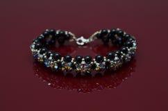 Les bijoux de luxe de perle sur Bourgogne ont isolé le fond Photo stock