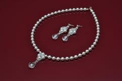 Les bijoux de luxe de perle sur Bourgogne ont isolé le fond Image stock