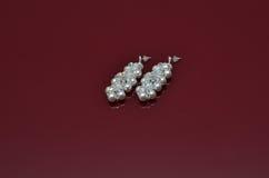 Les bijoux de luxe de perle sur Bourgogne ont isolé le fond Images libres de droits