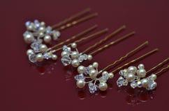 Les bijoux de luxe de perle sur Bourgogne ont isolé le fond Photographie stock libre de droits
