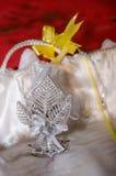 Les bijoux de souvenir sous forme d'argent partent sur un fond blanc et rouge avec l'arc jaune Images libres de droits