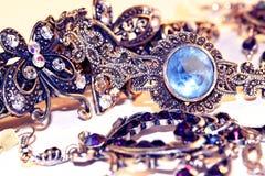 Les bijoux des femmes faits de métal blanc Images libres de droits