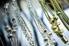 Les bijoux des femmes des matériaux précieux photo libre de droits