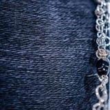 Les bijoux des femmes des matériaux précieux images libres de droits