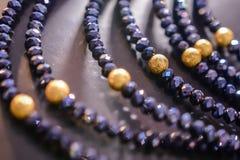 Les bijoux des femmes ont fait des métaux non précieux, du verre et des matériaux mous photographie stock