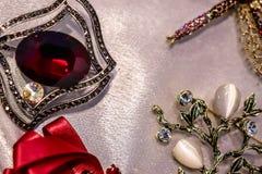 Les bijoux des femmes ont fait des métaux non précieux, du verre et des matériaux mous photos libres de droits