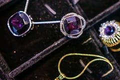 Les bijoux des femmes ont fait des métaux non précieux, du verre et des matériaux mous images stock