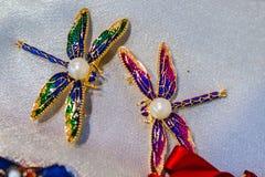 Les bijoux des femmes ont fait des métaux non précieux, du verre et des matériaux mous image libre de droits