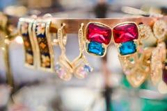 Les bijoux des femmes ont fait des métaux non précieux, du verre et des matériaux mous photographie stock libre de droits