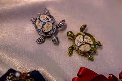 Les bijoux des femmes ont fait des métaux non précieux, du verre et des matériaux mous photo libre de droits