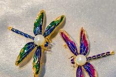 Les bijoux des femmes ont fait des métaux non précieux, du verre et des matériaux mous photos stock