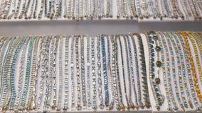 Les bijoux ont fait de l'argent sur la fen?tre de magasin banque de vidéos