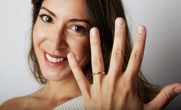 Les bijoux sont meilleur ami de concept de femmes Femme caucasienne heureuse avec de longs cheveux foncés dans des vêtements élég Photo libre de droits