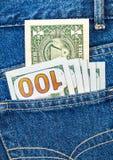 Les billets de banque des dollars américains dans les jeans empochent Photos libres de droits