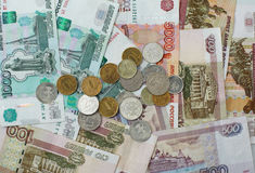 Les billets de banque et les pièces de monnaie de pièces de monnaie de la dénomination différente se sont chargés du DIS photographie stock libre de droits
