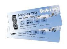 Les billets de carte d'embarquement de ligne aérienne vers Dublin ont isolé sur le blanc Images stock