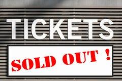 Les billets ont vendu l'information au signe de kiosque de billet image stock
